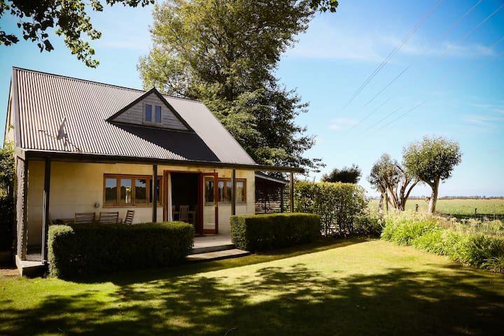 The Annexe - cosy cottage, tennis & spa pool