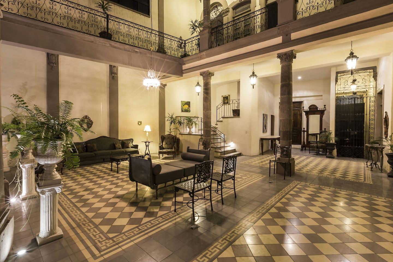 Interior courtyard, patio central.