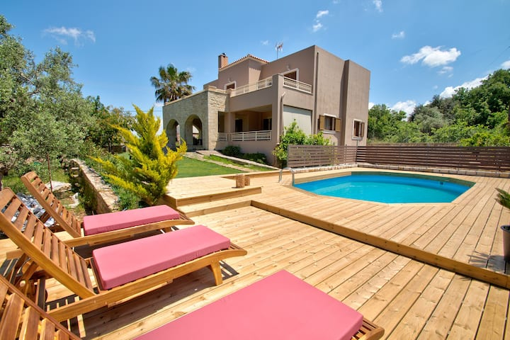 Beautiful spacious villa for 8, Near taverns & mini markets, Ideal for families