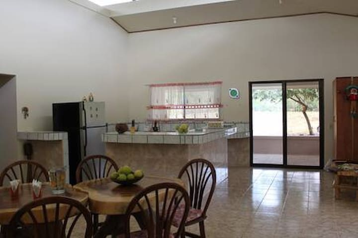 Entire house near beaches (Tamarindo)in Paso Hondo