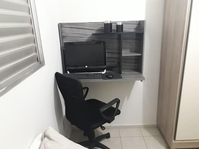 Mesa e Cadeira para Computador dentro do quarto privado.