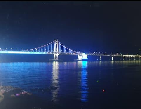 Avengers House geen accommodatie gratis Netflix uitzicht op Guangdong Bridge voor het bad