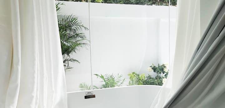 【叨叨 ·绿白】西湖边地铁口丨市中心武林广场丨纯白庭院丨双人浴缸丨品龙井闹酒吧丨老杭州人文气息丨