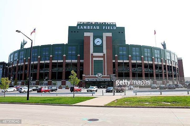 Lambeau Lodge! One Mile to Historic Lambeau Field!