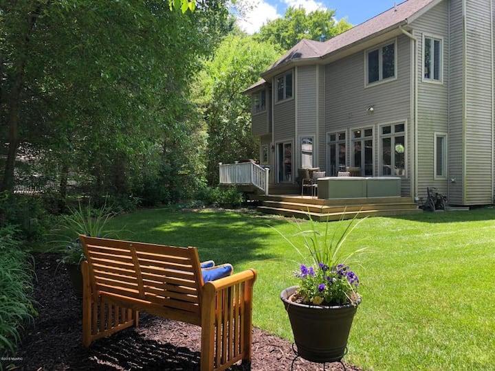 Affordable Luxury Suite 1/4 mile~US-131 Queen+Bath