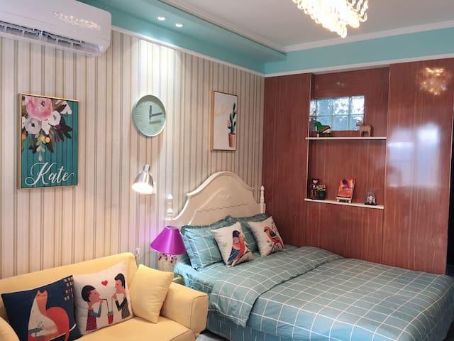 1.5米X2米的床,沙发,抱枕,相柜,落地灯,时钟,每一个细节都下足了功夫,就像回到家一样