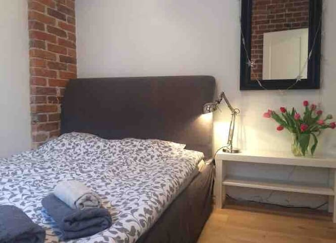 Room  en suite in stylish apartment metro