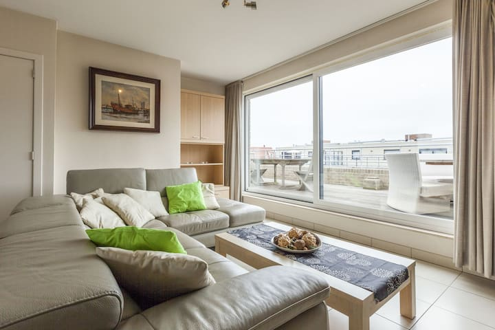 Quaint Apartment in Middelkerke with Terrace and Deckchairs