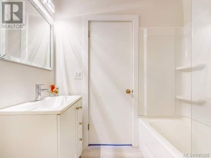 2 Bedroom Renovated Sidney House