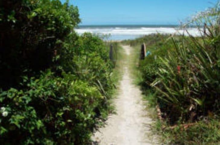Camping à beira mar Ilha do Mel espaço arborizado
