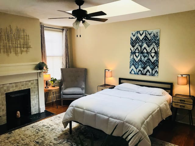 Stylish and Charming 2bed/2bath in Olde Town!