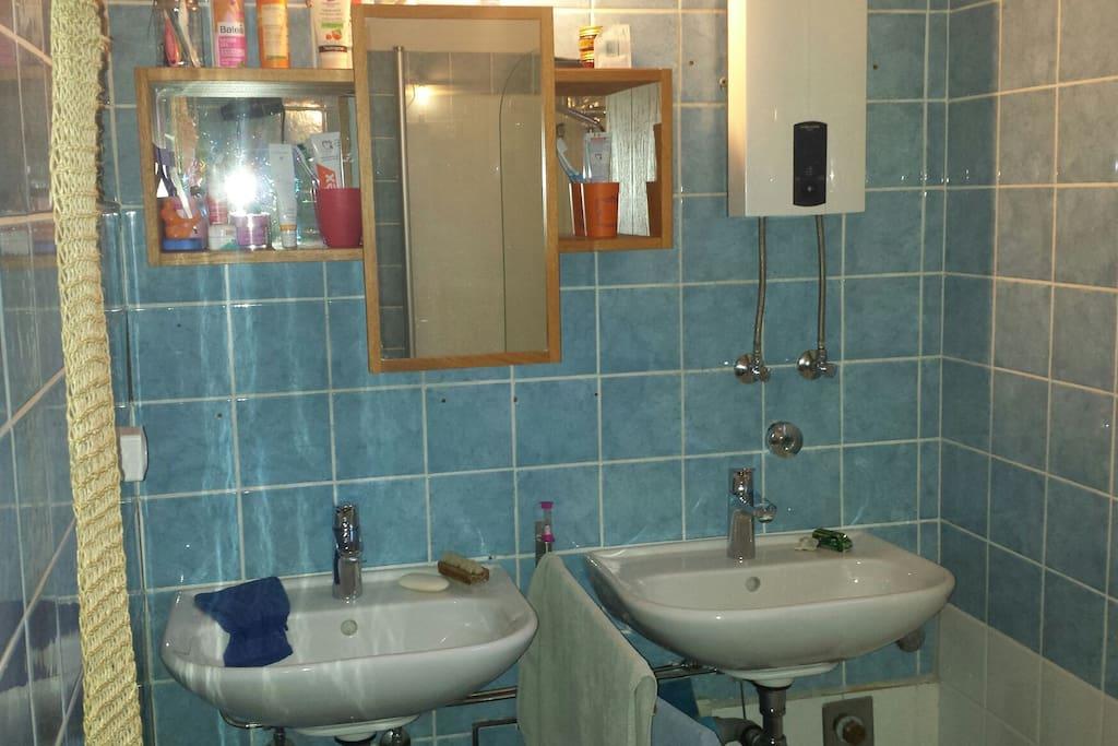 Badezimmer verfügt über zwei Waschbecken