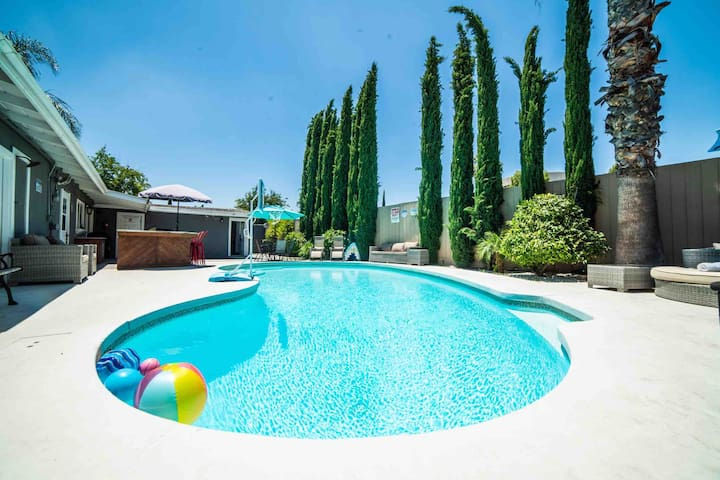 Awesome Pool House that Sleeps 18 w/ Guest House
