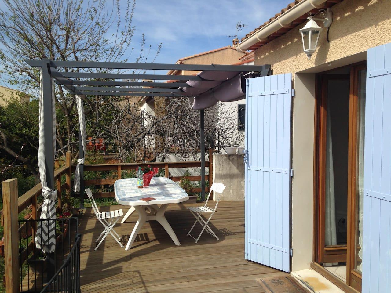 une belle terrasse avec vue sur le jardin pour vos barbecues