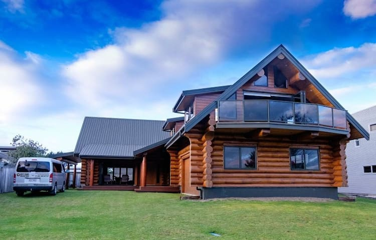 The Log House Matarangi - Private B&B