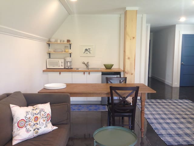Cozy-Modern-Simple West Asheville Apartment - 阿什維爾 - 附屬單元(In-law)