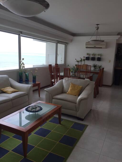 Sala y comedor de 8 personas con vista al mar