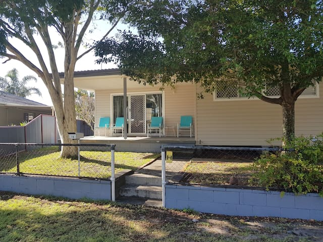 Bongaree Holiday House - close to the bridge!