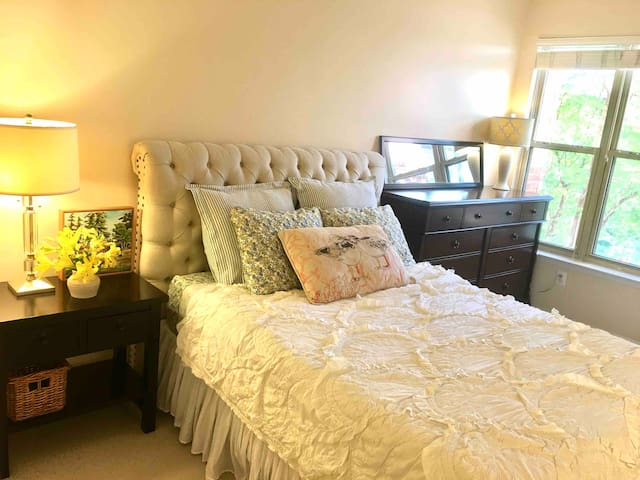 Lovely Room + En-Suite Bath in Reston Town Center