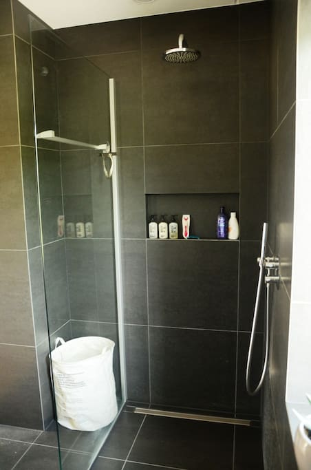 Badkamer met heerlijke regendouche! Bathroom with great rainshower