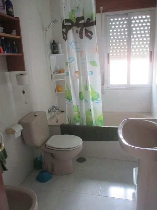 Baño amplio con bañera y bidet