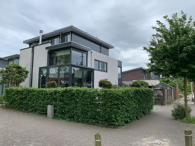 Gehele woning met grote privé tuin en opzetzwembad