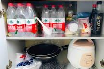 客人大大:这是房东小姐姐准备的厨房调料,矿泉水神马的~这里可以做饭哒~有的客人小姐姐还在这里留了米和面条……( ´▽`)
