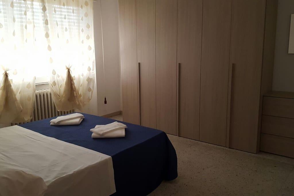 camera2, con armadio a 6 ante como comodini, finestra, materasso e rete nuovi