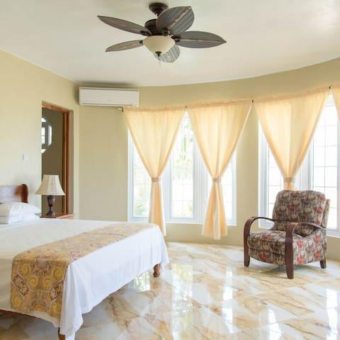 Waters Edge Villa - 2 queen beds