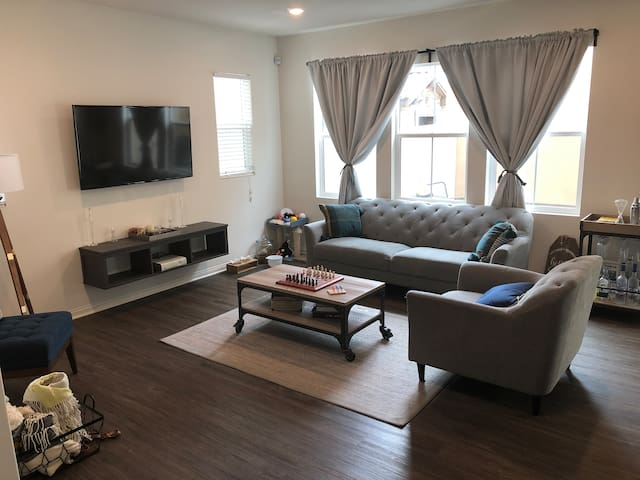 Spacious Bedroom & Private Bathroom Near Six Flags