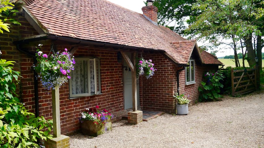 Garden Cottage, with country views. - Bepton - Huis