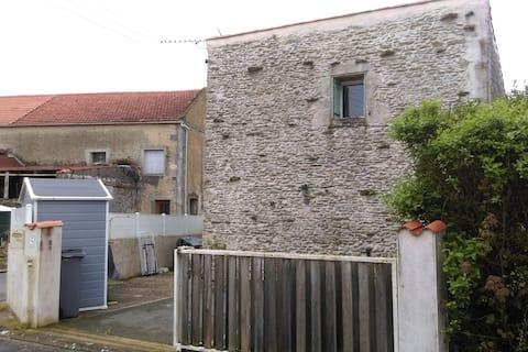 maison avec cour en campagne en Charente maritime