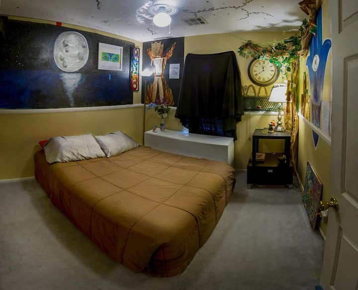 Artistic & Tranquil Room filled w/ Positive Energy