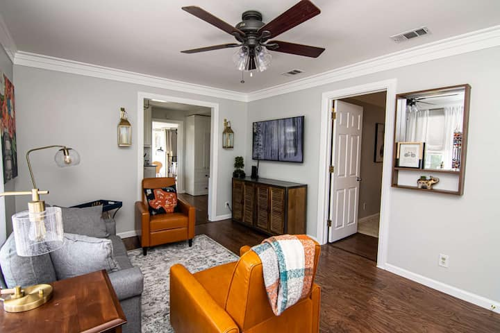 Mins to Everything Fort Worth! Newly Remodeled, Covered Patio, Quiet Neighborhood - Red Door Cottage