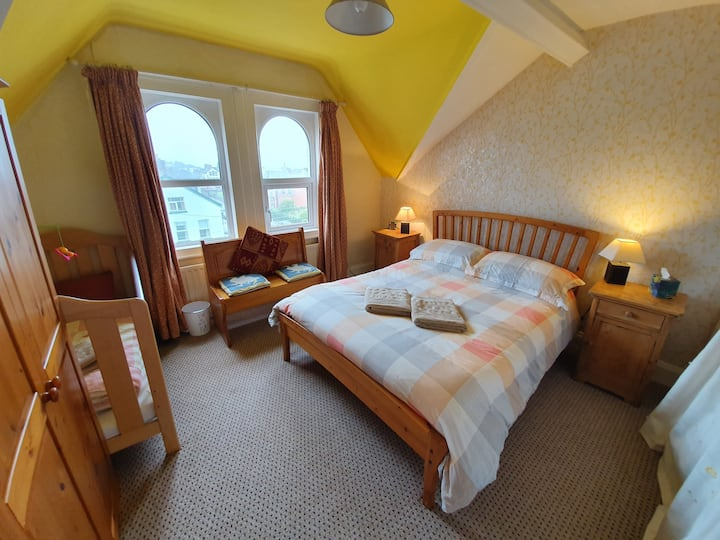 A Yellow Room with cot. Whitehead Bed & B'fast.