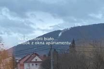 widok z okna apartamentu na Górę Czantorię