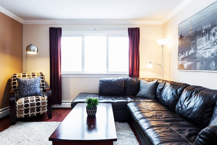 Whyte Ave Condo ★Sanitized★ Free Parking★ Netflix!