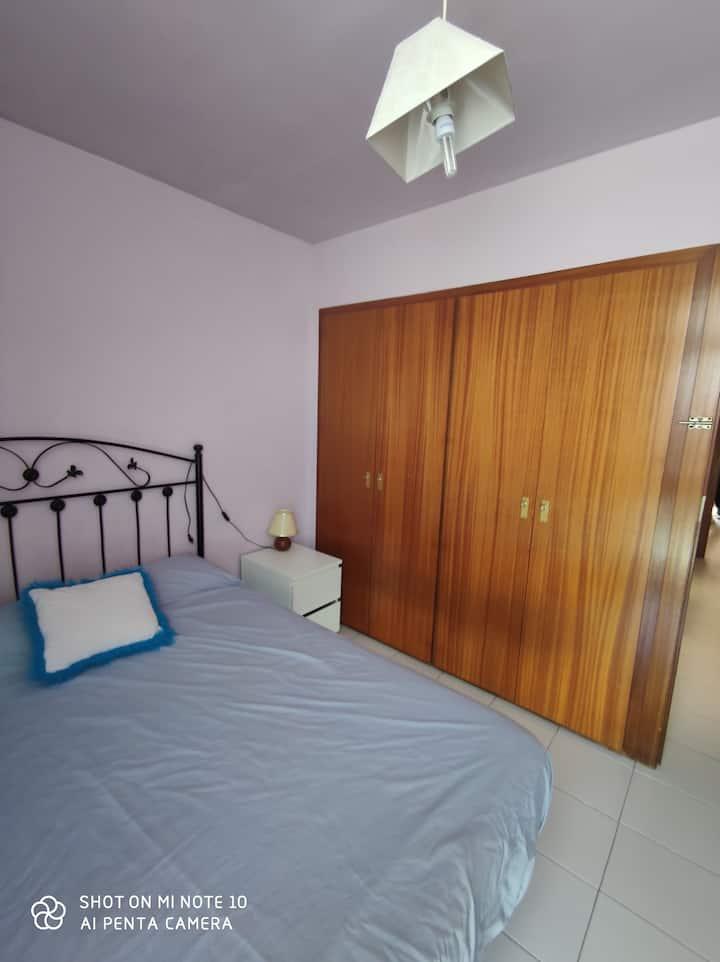 Habitación espaciosa con cama de matrimonio.