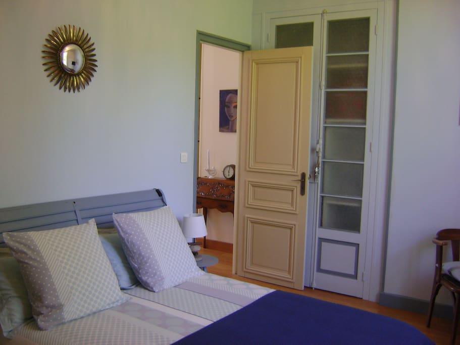 chambre bleue déco marine lit 140 / 200 avec penderie
