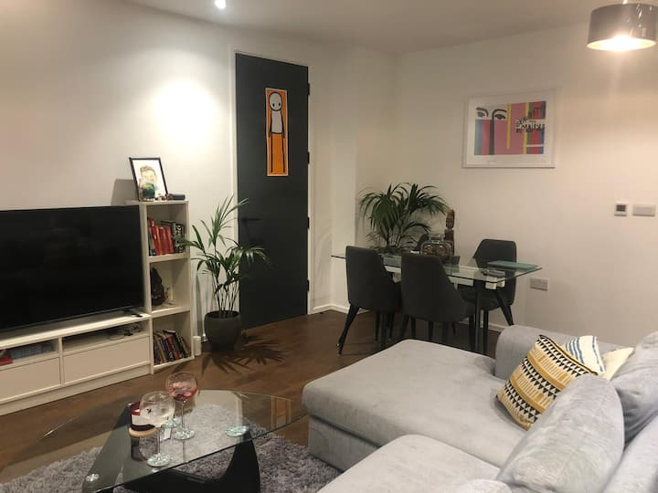 Spacious modern flat with balcony in London Fields