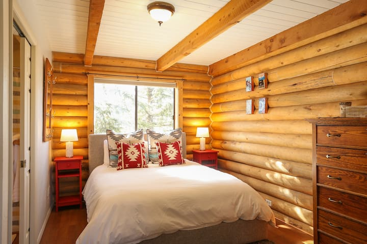 Bright & Cozy Cabin-Style Condo near Lake & Skiing