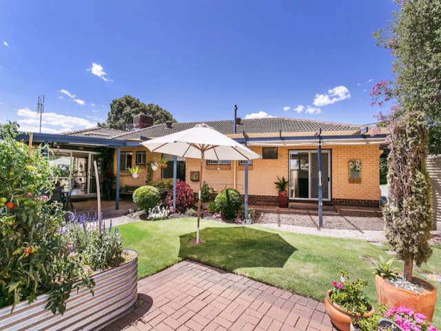 Family Home In Quiet Rostrevor -Walk To Morialta