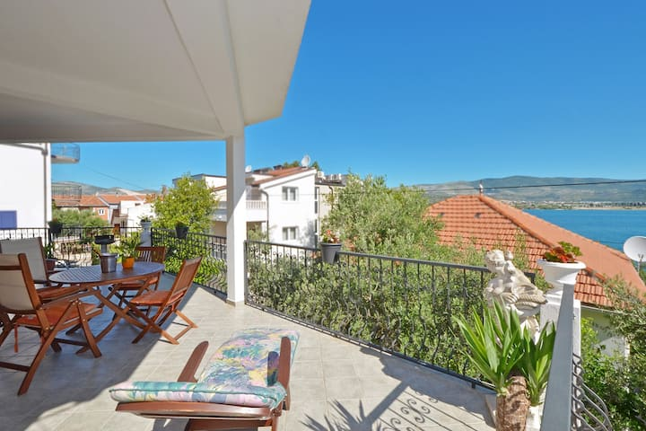 MARIC 1 apt for 4+2 and only 40 m from the beach