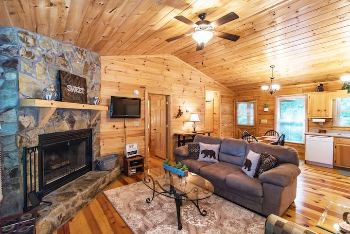 Beary Irresistable - Hot tub & Prime Location!