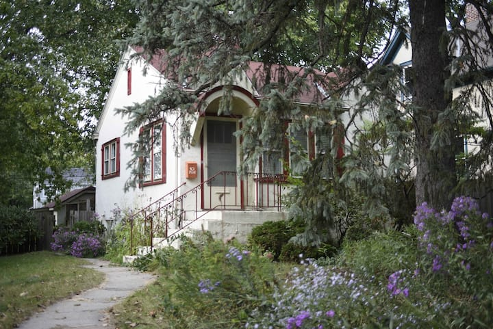 Cozy cottage - Nokomis area