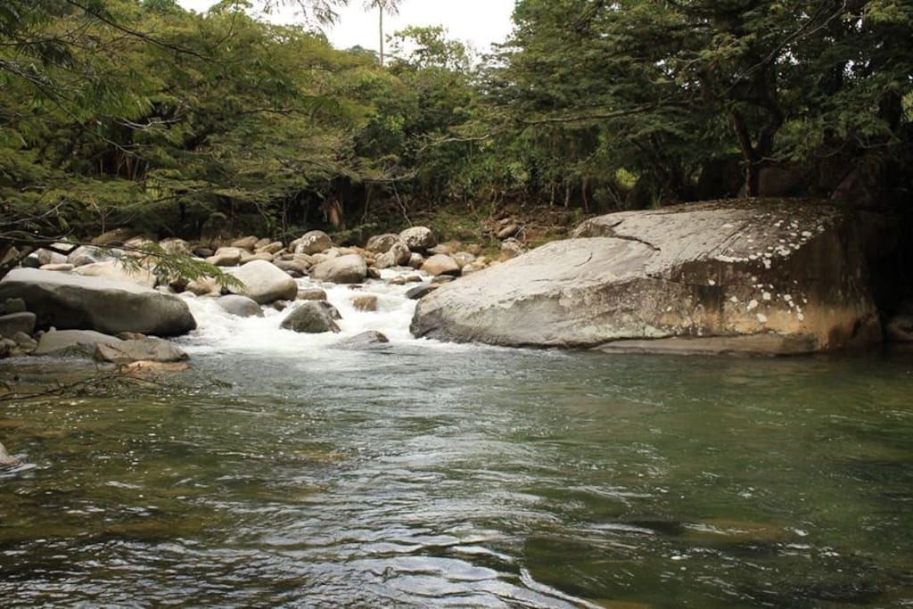 Piscina natural 2 sobre el cristalino río Guatapé