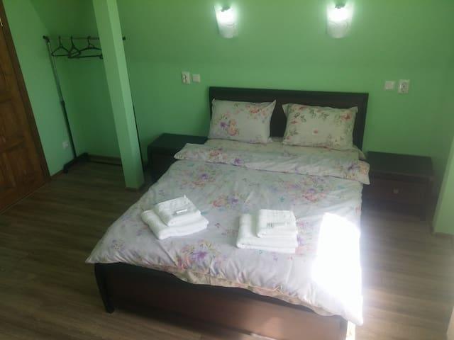 Квартира с двуспальной кроватью и микроволновкой
