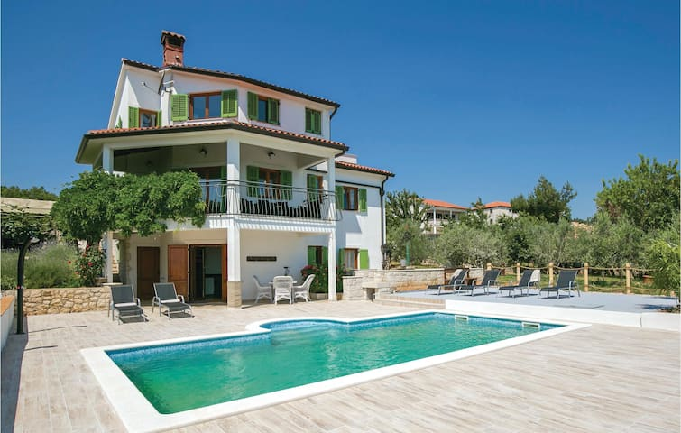 Holiday cottage with 4 bedrooms on 153 m² in Labin