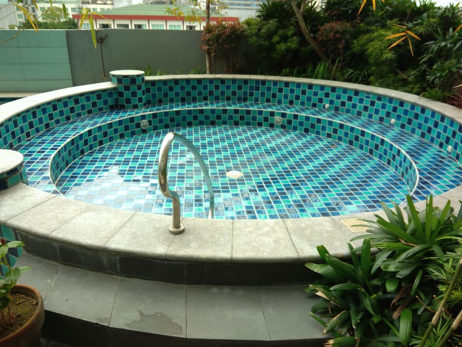A kiddie pool is also present for kids