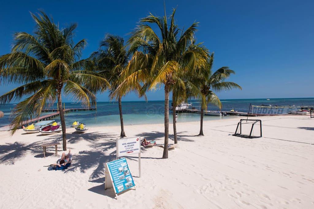 Acceso a la playa con su cancha de beach soccer